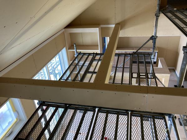 建築中 高天井と化粧梁とネコ通路とロフト