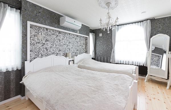 オーダーした白いベッドはシックな寝室にぴったり