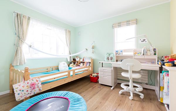 可愛らしい子供部屋。夏場はハンモックで寝ることも