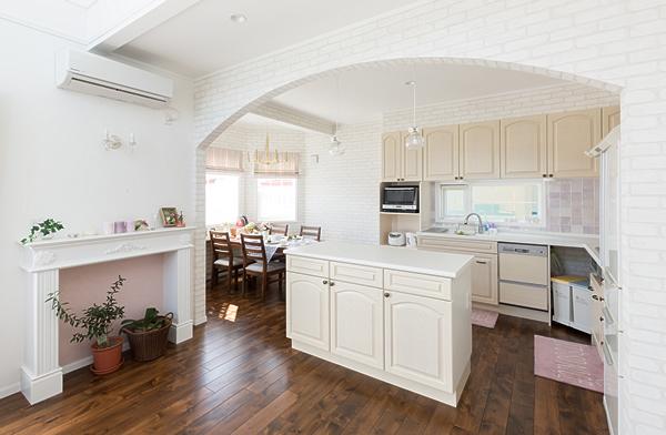 L型+アイランドキッチン。壁は淡いパープルの輸入タイル仕上げ