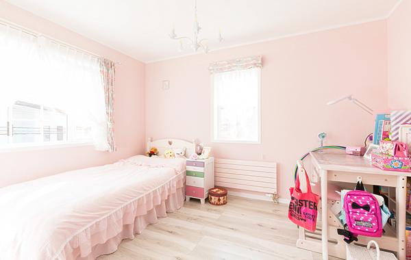 カラフルな色遣いの子供部屋。部屋で過ごす時間が長くなったそう