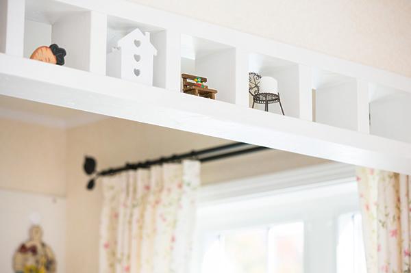 キッチンとリビングの天井仕切り壁には雑貨が整列