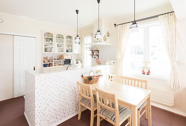 白を基調にした室内にアイアンのカーテンレールや吊り下げ照明がよく似合う