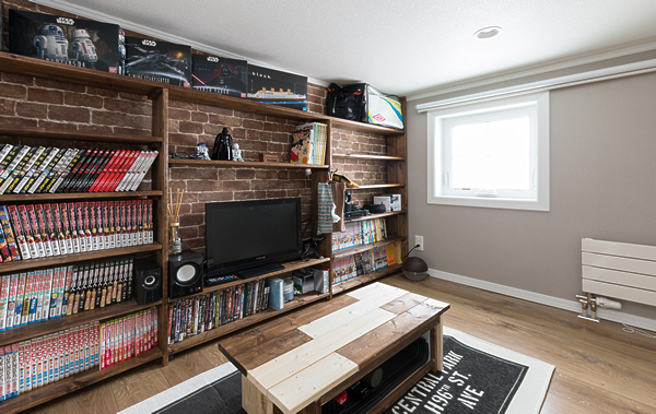 秘密の部屋にはO様手作りの本棚と、こだわりの壁紙