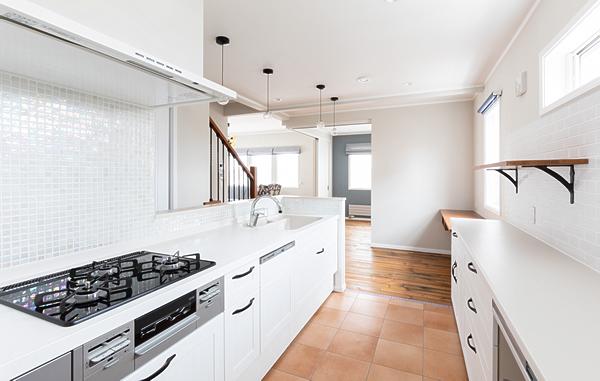 白を基調にした広々キッチン。落ち着きのある色のアイアンがアクセント