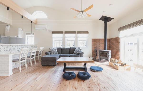 勾配天井の大空間リビングに薪ストーブがよく似合います