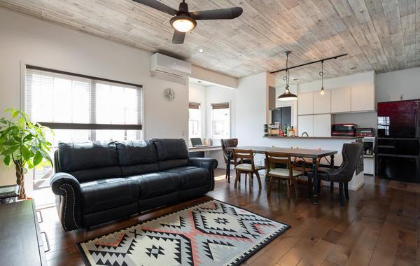 床も壁もインテリアにもこだわった開放感のあるリビング