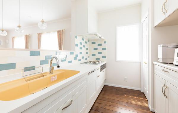 キッチン周りは奥様のセンスが光るカラータイル貼り